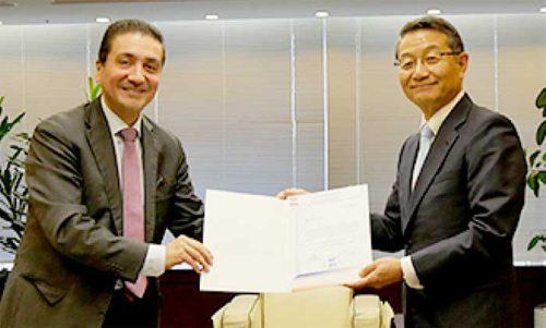 アントラ特命全権大使(左)から感謝状を受け取る商船三井の池田社長