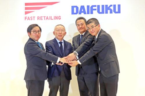 柳井会長兼社長(中央左)とダイフクの下代社長(中央右)