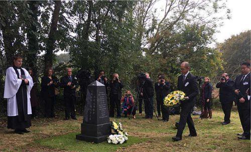 NYK Group Europe社の久保田副社長兼COOが慰霊碑に花輪を捧げる様子(写真右)