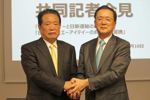 会見後、握手を交わすAITの矢倉栄一社長(左))と日立物流の中谷康夫社長