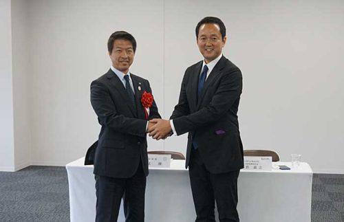 日本GLPの帖佐社長(右)と枚方市の伏見市長(左)