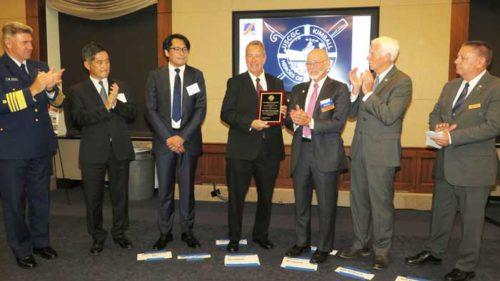 授賞式(中央)NYK Line(North America)社のBill Ferguson Vice President、(左から3番目)同社の吉川聡Vice President