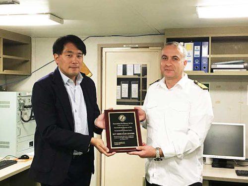 HERCULES LEADER船内(右)表彰盾を受け取るBogdan Dobre船長、(左)NYK Line(North America)社の吉川聡Vice President