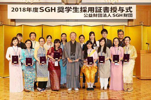 栗和田理事長と奨学生による記念撮影