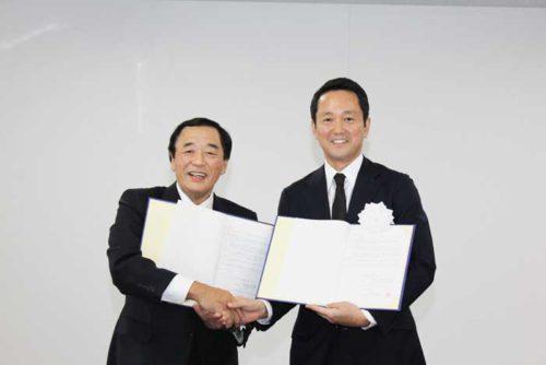 協定式 日本GLPの帖佐社長(右)、五霞町の染谷町長(左)