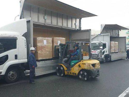 救援物資の荷卸し