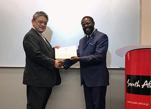 駐日南アフリカ共和国Thulani Dlomo特命全権大使から商船三井 自動車船部 池田副部長へ感謝状贈呈