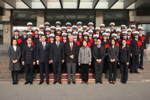 日本郵船の髙泉中国総代表(前列左から5番目)、大連海事大学の赵友涛副校長(前列左から4番目)