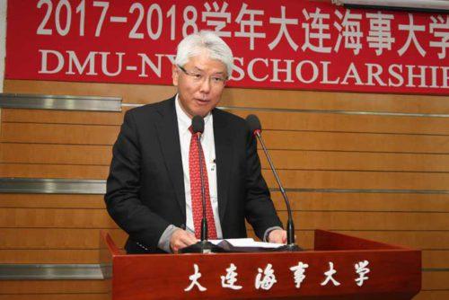 大連海事大学でスピーチする髙泉中国総代表