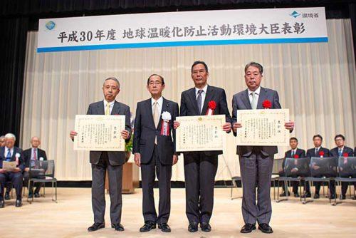 写真左から、MTIの田中社長、環境省の原田大臣、日本郵船の丸山専務、常石造船の河野社長