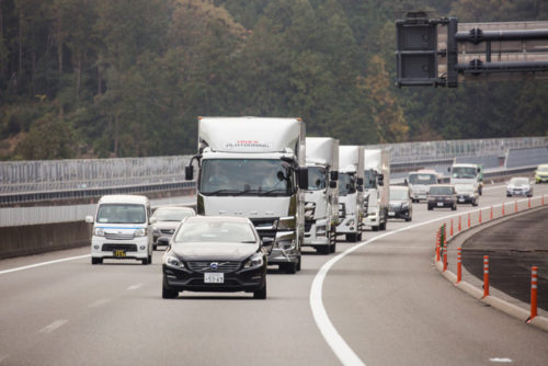 20181204tairetsu22 500x334 - トラック隊列走行/車線維持支援システム等の新技術を加え、新東名で実験