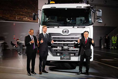 UDトラックスのラジュクマールIT部門統括責任者(左)、ボルボ・グループのフェルンストランド自動運転車両開発部門責任者(中央)、UDトラックスのナカノ開発部門統括責任者(右)