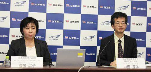 日本郵船調査グループの山田グループ長(右)、調査グループの高部コンテナ・港湾調査チーム長(左)