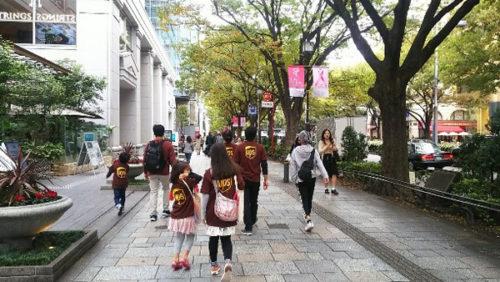 「日本対がん協会」などが開催する「ピンクリボンスマイルウオーク東京大会」に参加するUPS社員とその家族