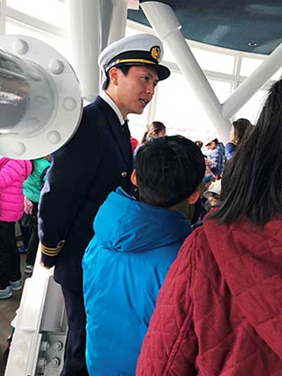 シンボルタワー内で質問に答える航海士