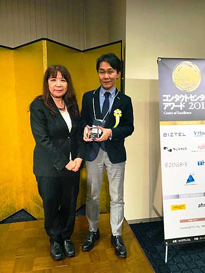 リーダー・オブ・ザ・イヤーを受賞したDHLジャパンの山口カスタマーサービス本部カスタマーケアお客様相談室長(右)