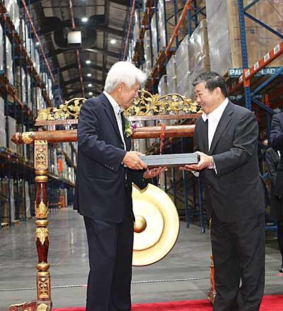 受賞の様子 PAPAMY社のTan Sri Asmat会長(左)、TASCO社のLee Check Poh会長(右)