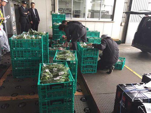 空港内貨物エリアへ生産者が野菜を搬入