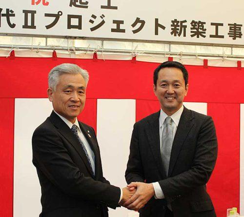 日本GLPの帖佐義之社長(右)、奥村組の奥村社長(左)