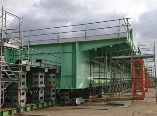 工場での橋桁の組立状況