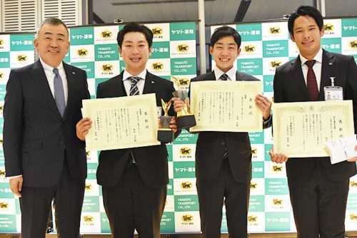左から長尾社長、準優勝の野本SD、優勝の矢澤SD、特別審査委員賞の鈴木SD