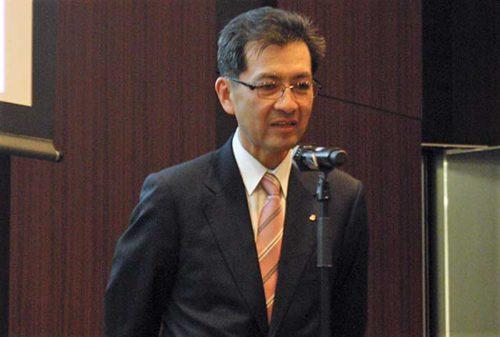 報告会でスピーチを行う川崎汽船の中野執行役員
