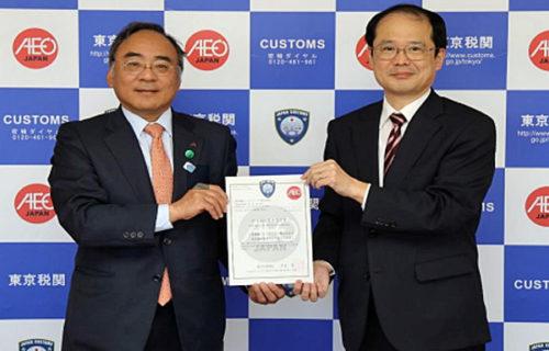 1月23日の認定書交付式(写真右が東京税関の岸本税関長、左が三菱電機ロジスティクスの原社長)