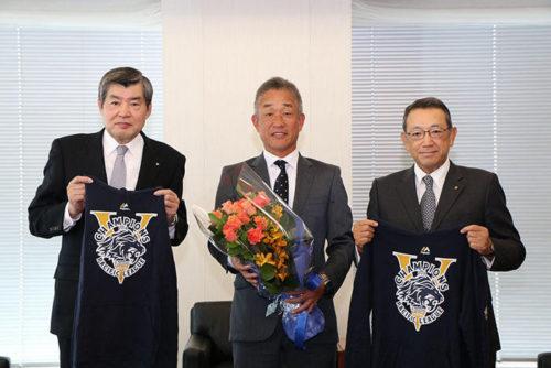 優勝報告をする辻監督(中央)と渡邉会長(左)、齋藤社長(右)