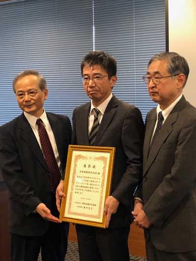 表彰状を受け取る日本郵船の中野財務グループ長