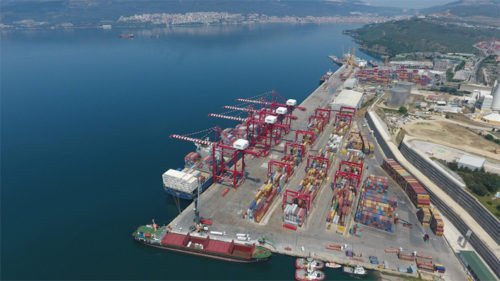 トルコ国内のYilportに並ぶ三井E&Sマシナリーが納入したガントリークレーン等