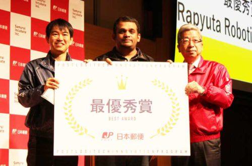 日本郵便の横山社長(右)、Rapyuta RoboticsのガジャンCEO(中央)、サムライインキュベートの榊原代表取締役(左)