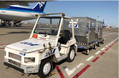 現行の有人タイプトーイングトラクターと牽引貨物