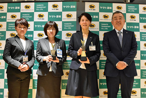 左から、お客さま満足賞 三木正子さん、準優勝 太田さやかさん、優勝 金子有紀子さん、長尾社長