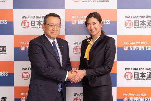 齋藤充社長と握手する原英莉花選手