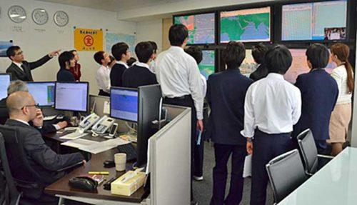 安全運航支援センターで船長から説明を受ける中学生