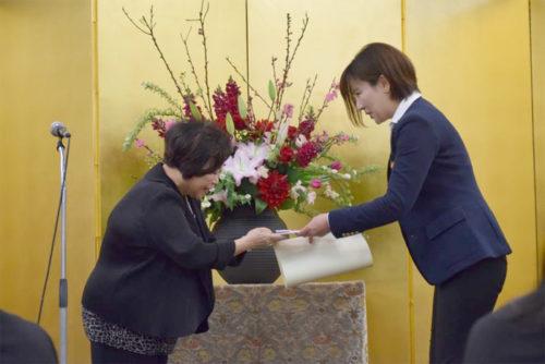表彰状と目録を受け取る日本GLPの志賀 友香里シニア・マネージャー(右)