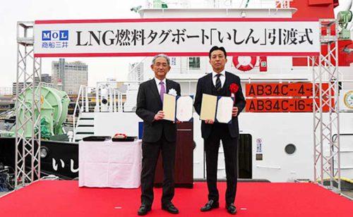 竣工引渡式、金川造船の生駒剛人社長(右)、商船三井の八嶋浩一常務執行役員(左)