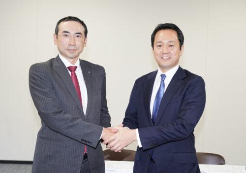 握手する日本ロジスティクの黒川尚悟社長(左)と日本GLPの帖佐 義之社長(右)