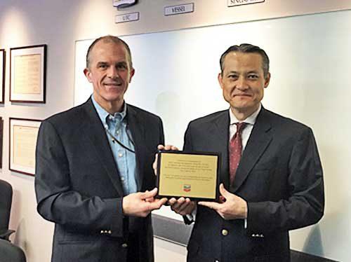Chevron社のDon Davisゼネラルマネージャー(左)、MOL Tank Asiaの太田 敏彦社長(右)