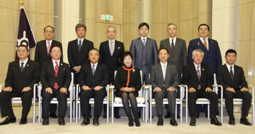 認定式の様子 中央が小池百合子東京都知事、中央右が内田浩幸取締役