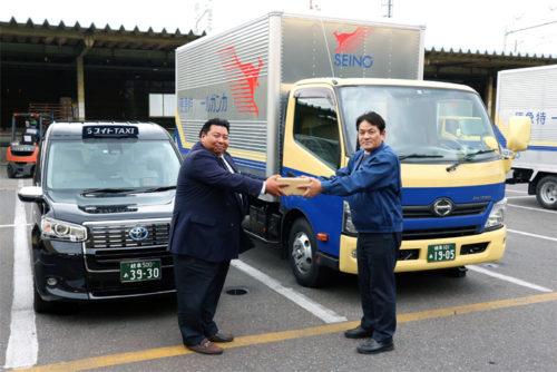 右が西濃運輸大垣支店の益田英徳支店長、右がスイトトラベル タクシー乗務員 藤田研二さん