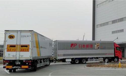 日本郵便のトラクタがヤマト運輸のトレーラを連結