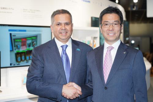 握手するJDAのギリッシュ・リッシCEO(左)とパナソニック・コネクテッドソリューションズ社の樋口泰行社長