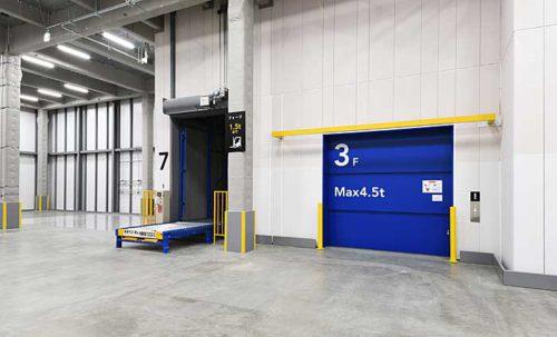 垂直搬送機(左)、貨物用エレベーター(右)