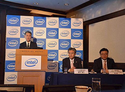 講演の様子 松本執行役員(左)、セミナー主催者インテルの鈴木社長(中央)と張執行役員(右)