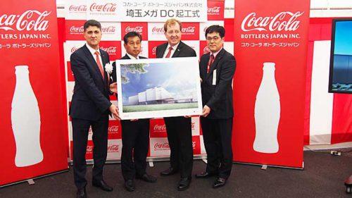コカ・コーラ ボトラーズジャパンのカリン・ドラガン社長(左端)、ブルース・ハーバート執行役員SCM本部長(左から3番目)