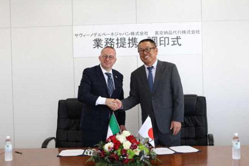 4月23日に行われた業務提携調印式、右から東京納品代行 伊藤 裕之社長、サヴィーノ デル ベーネ ジャパン フラヴィオ ゴリ社長