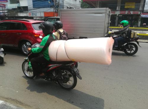 バイク便での配送の様子