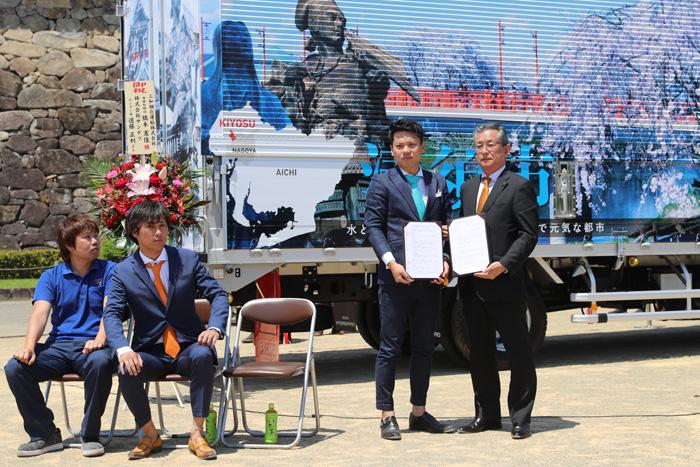 協定書を持つ、右側が清須市の永田市長、左側が三和梱包運輸の橋本専務