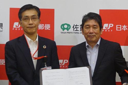 写真左が日本郵便の出西 信治執行役員、九州支社長、右が佐賀県の副島 良彦副知事